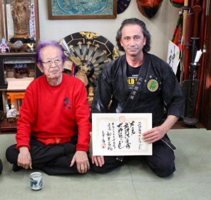Hatsumi Sensei Urkundenverleihung an Nikolaos Stefanidis