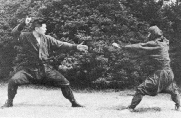 Großmeister Dr. Masaaki Hatsumi Soke Doko no Kamae